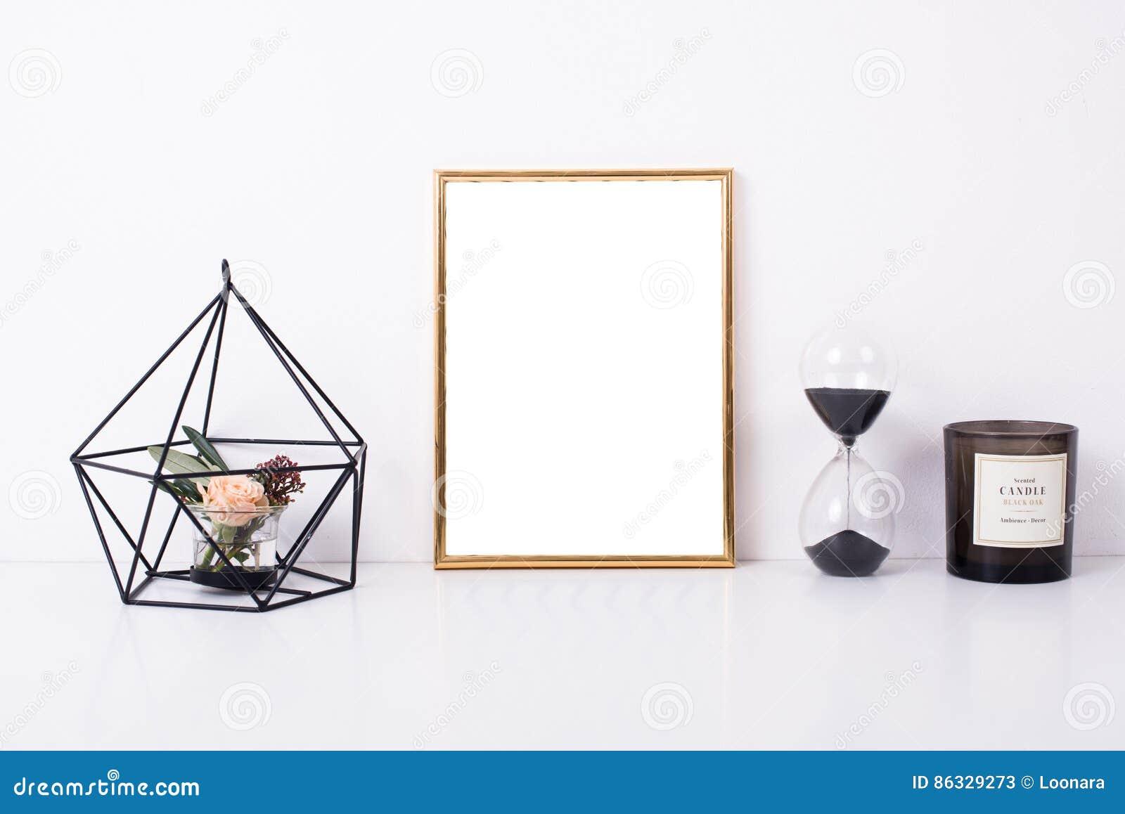Modelo dourado do quadro na parede branca