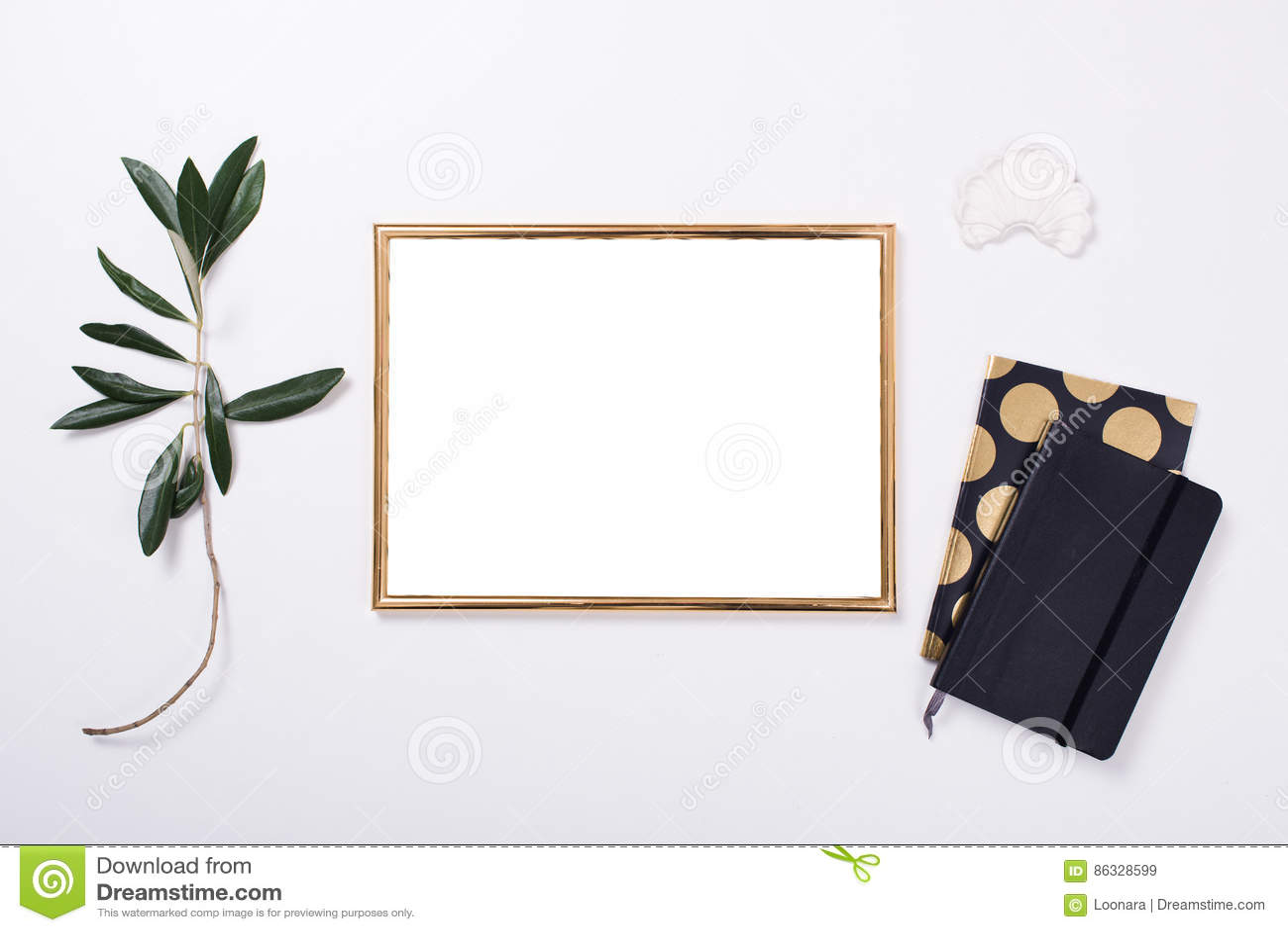 Modelo dourado do quadro no tabletop branco