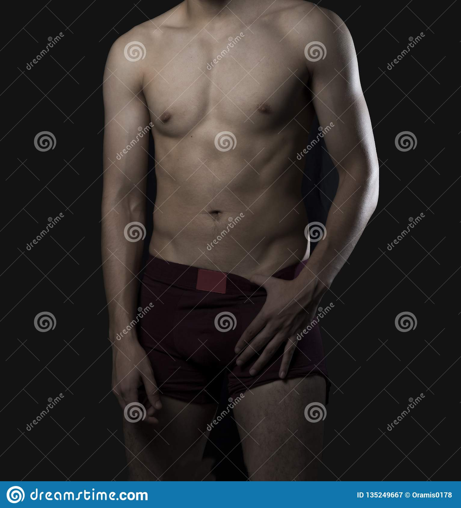 Modelo en la ropa interior que muestra su cuerpo atlético