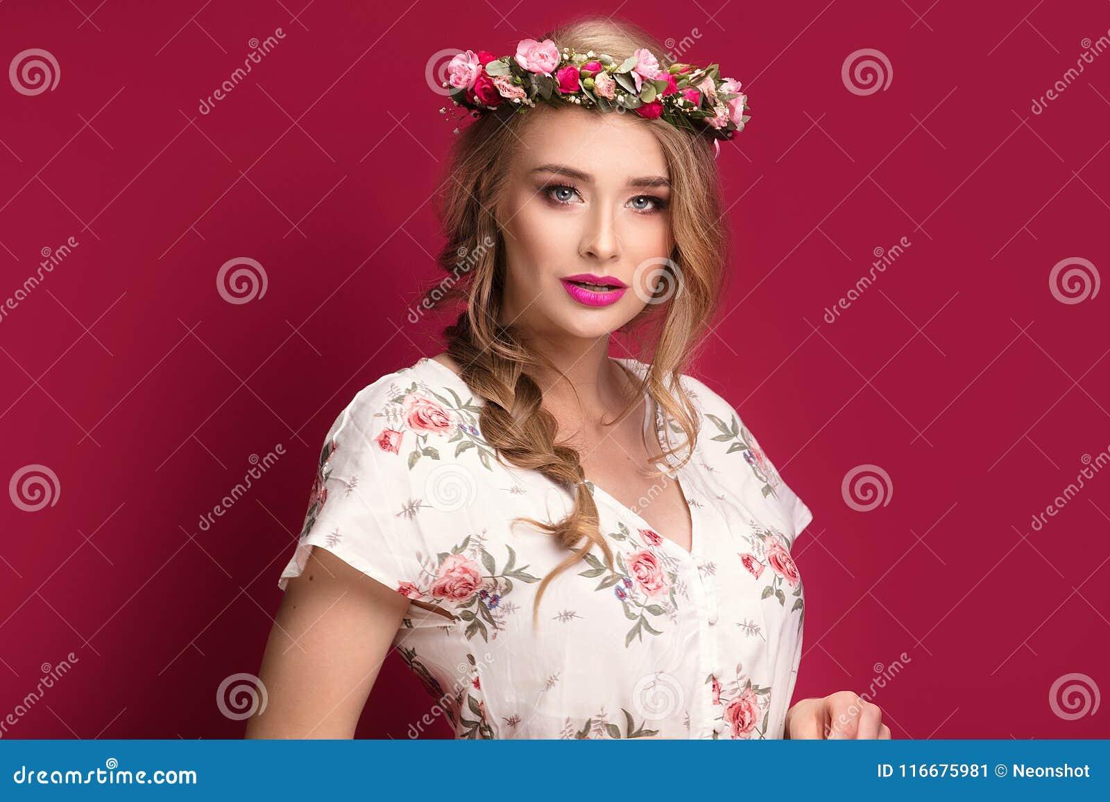 Modelo fêmea da beleza com faixa das flores