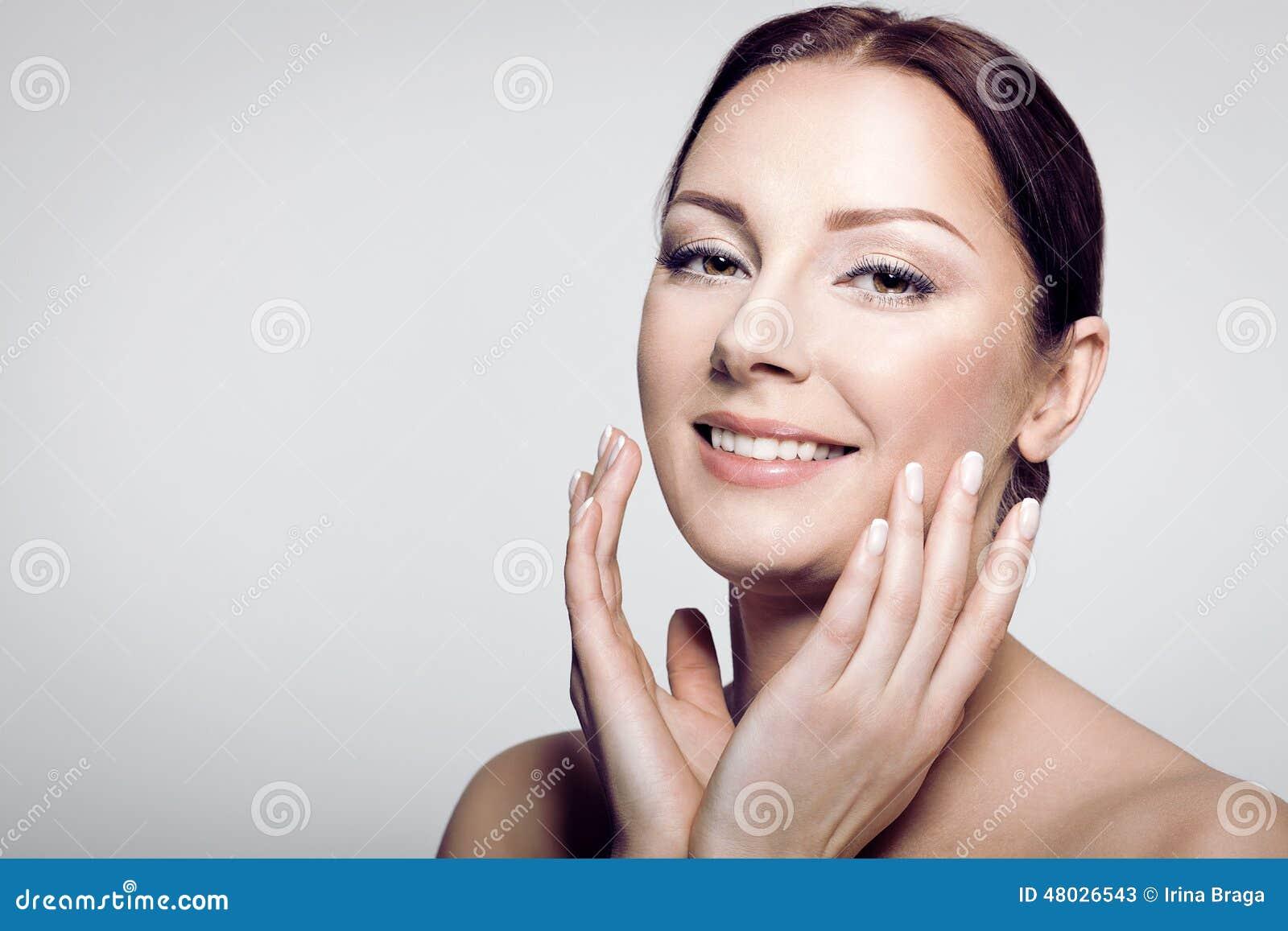 Modelo fêmea da beleza com pele perfeita