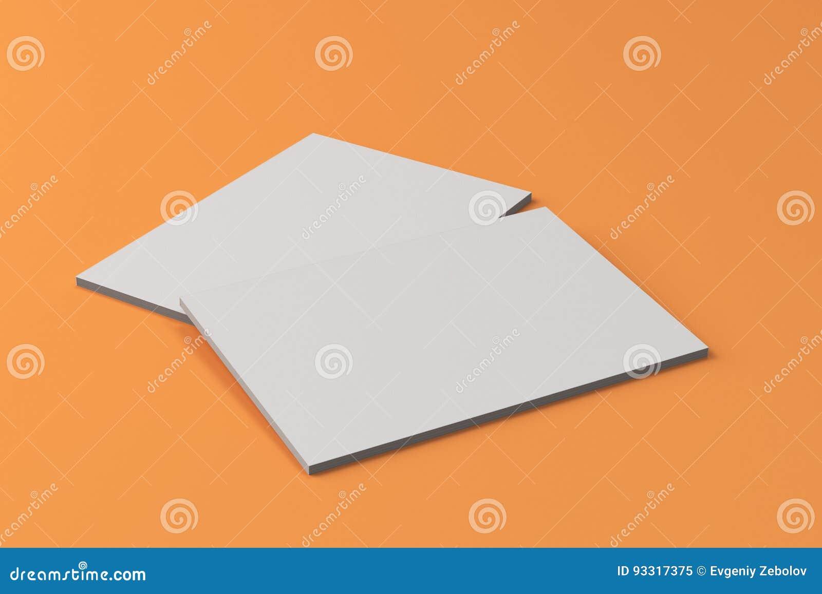 Modelo fechado branco vazio do folheto dois no fundo alaranjado