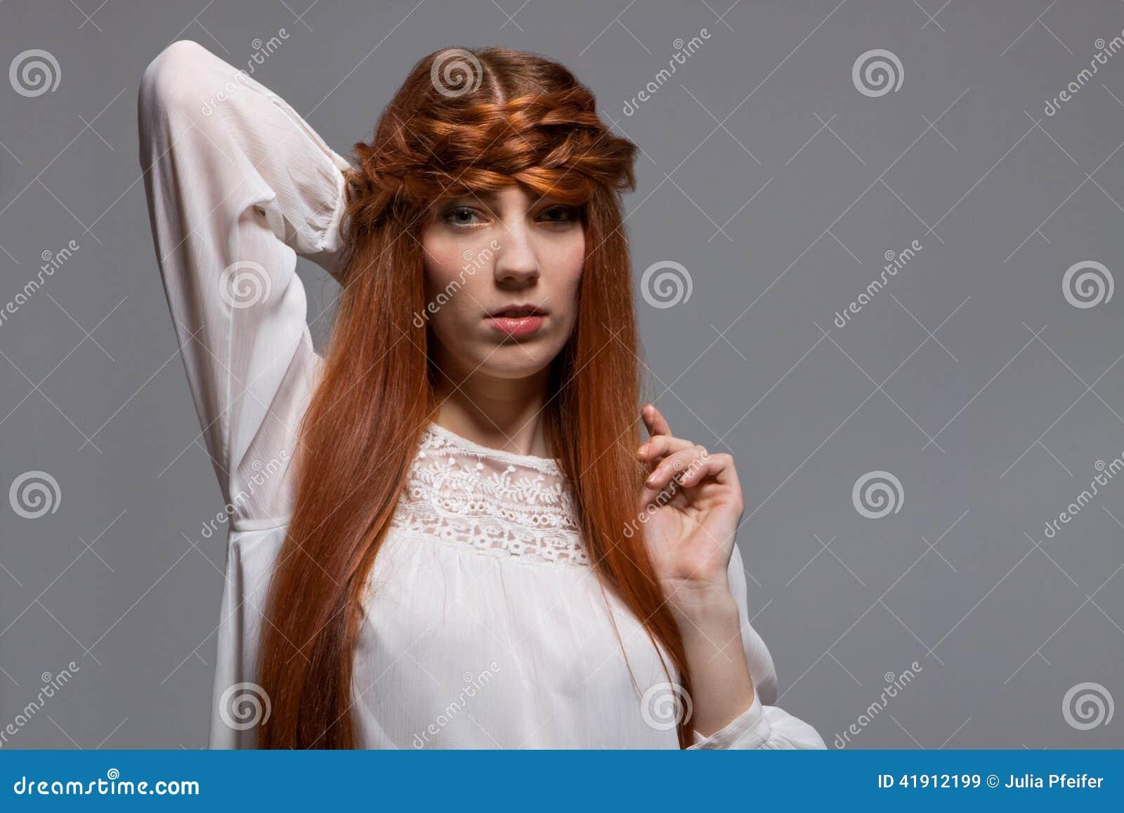 Modelo femenino con la mano en la cintura