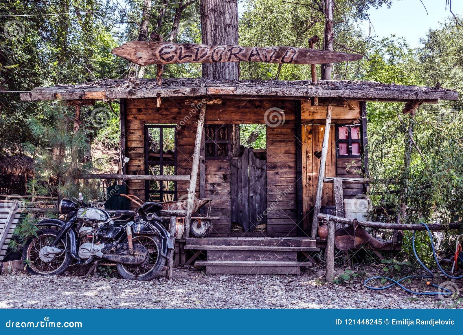 Modelo grande do bar ocidental selvagem e da motocicleta velha