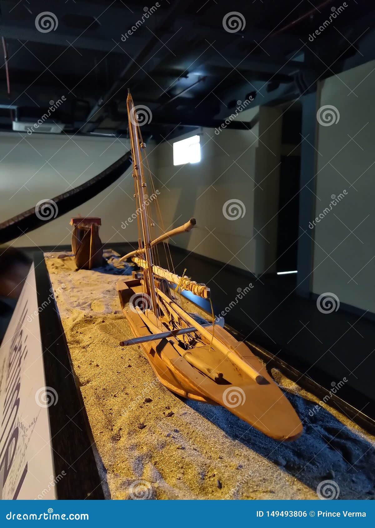 Modelo hecho a mano hermoso del barco que pone en la arena Pequeña estructura hecha a mano del barco