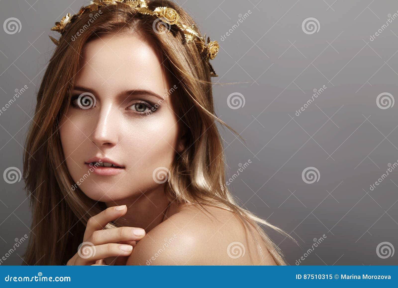 Modelo hermoso de la mujer joven con el pelo del color claro del vuelo  Retrato de la belleza con la piel limpia c836cb0e2b84