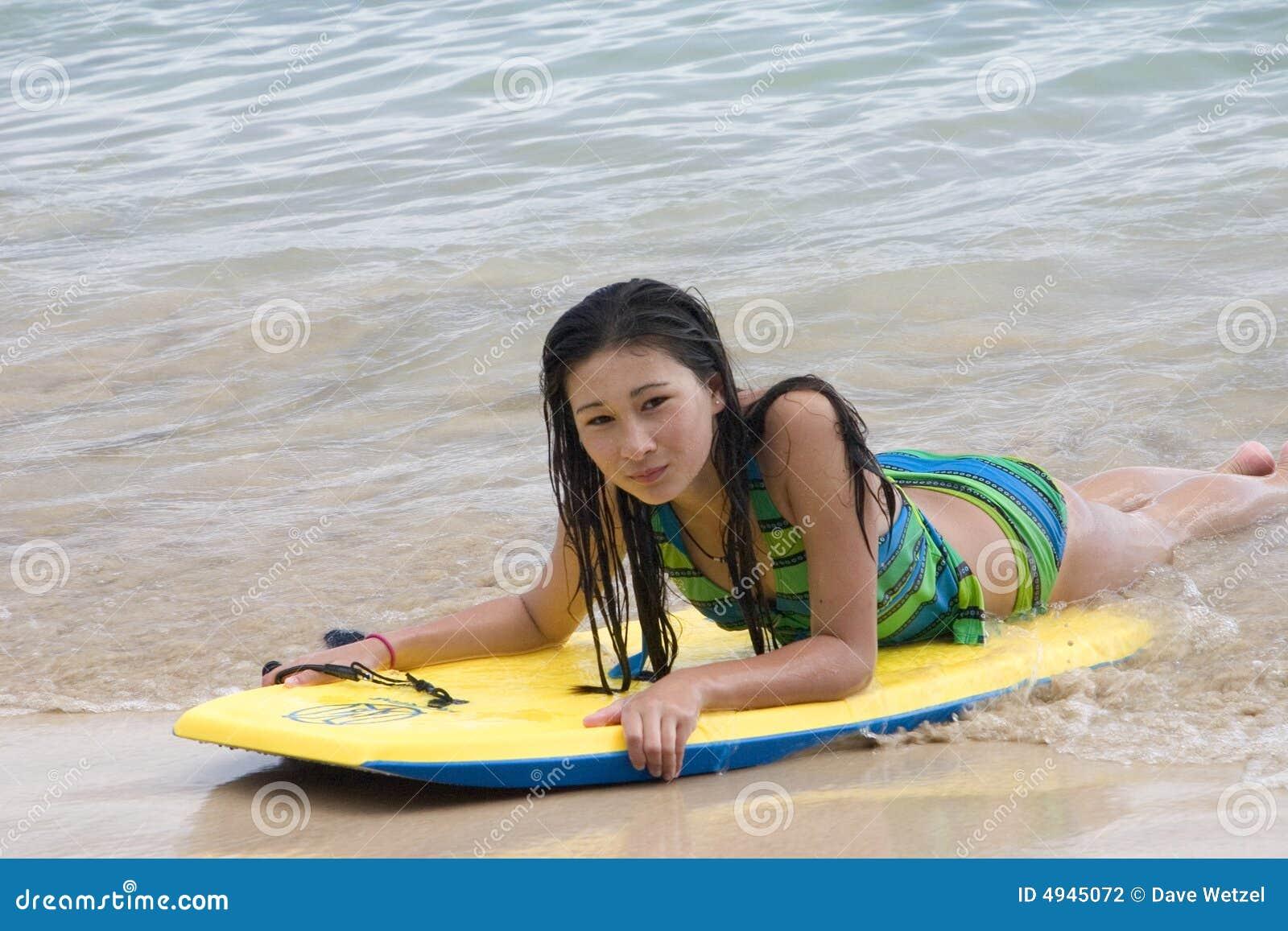 Modelo joven en el océano