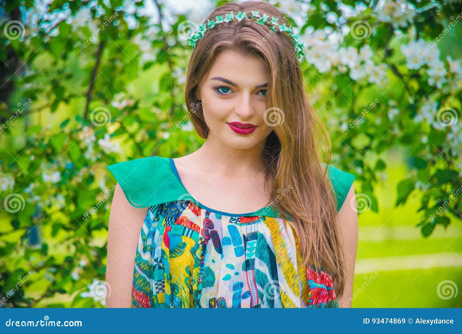 Modelo Joven Hermoso Atractivo En Vestido Colorido En Jardín