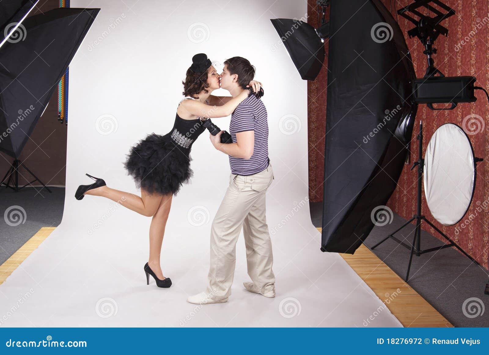 Modelo joven que besa al fotógrafo
