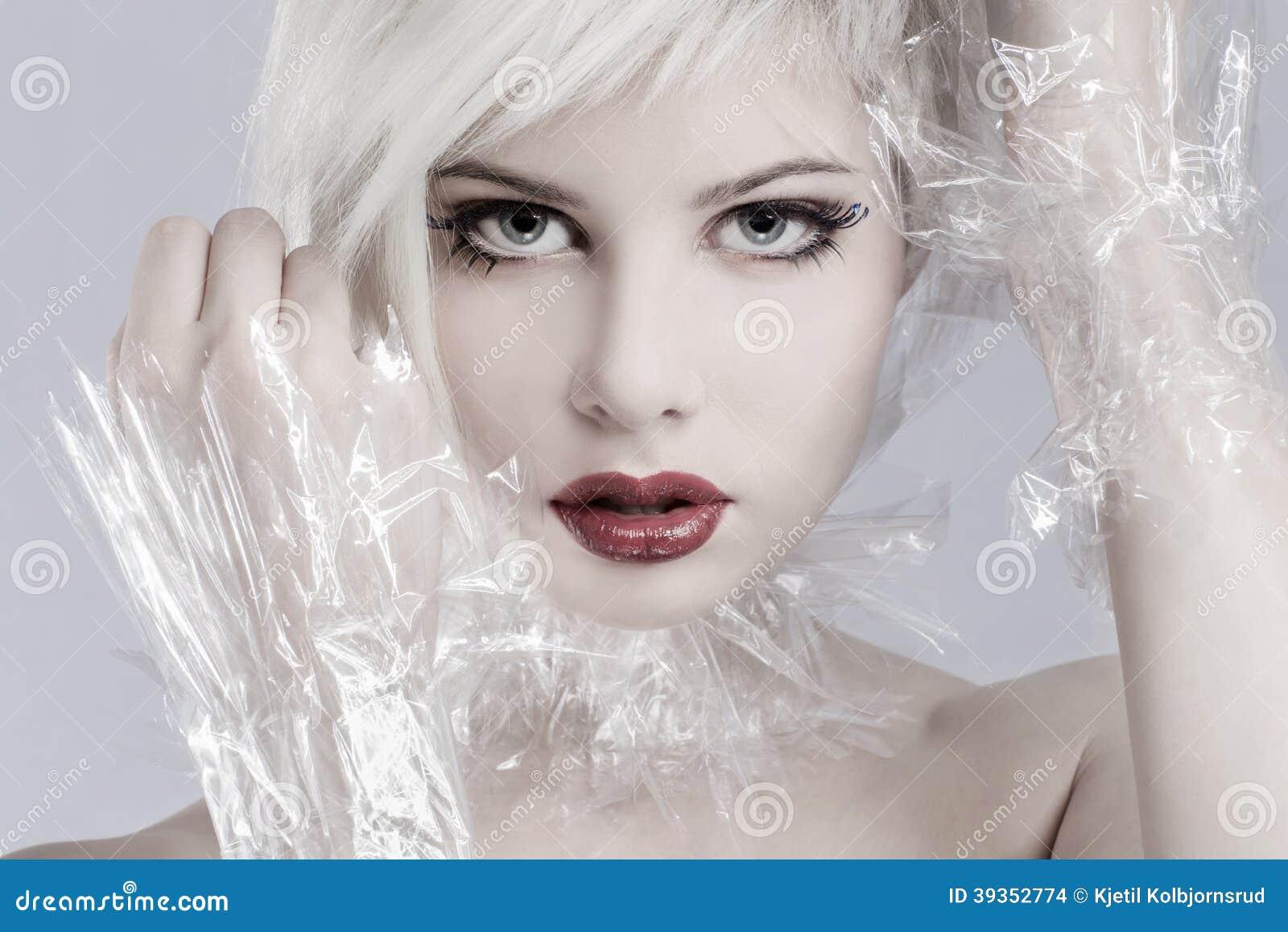 Modelo louro da mulher no plástico