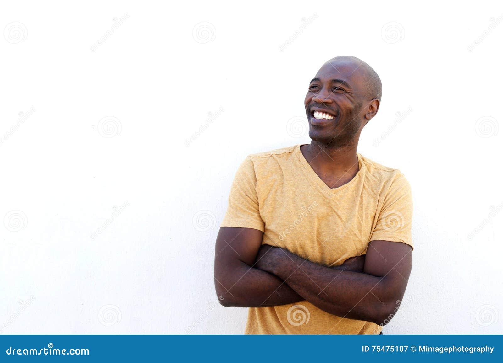 Modelo masculino afro-americano contra a parede branca