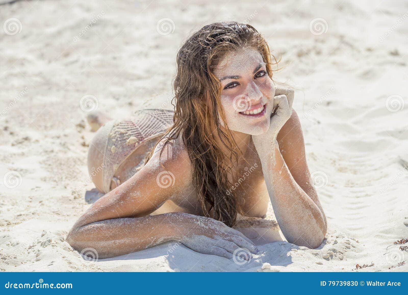 Modelo moreno desnudo hispánico