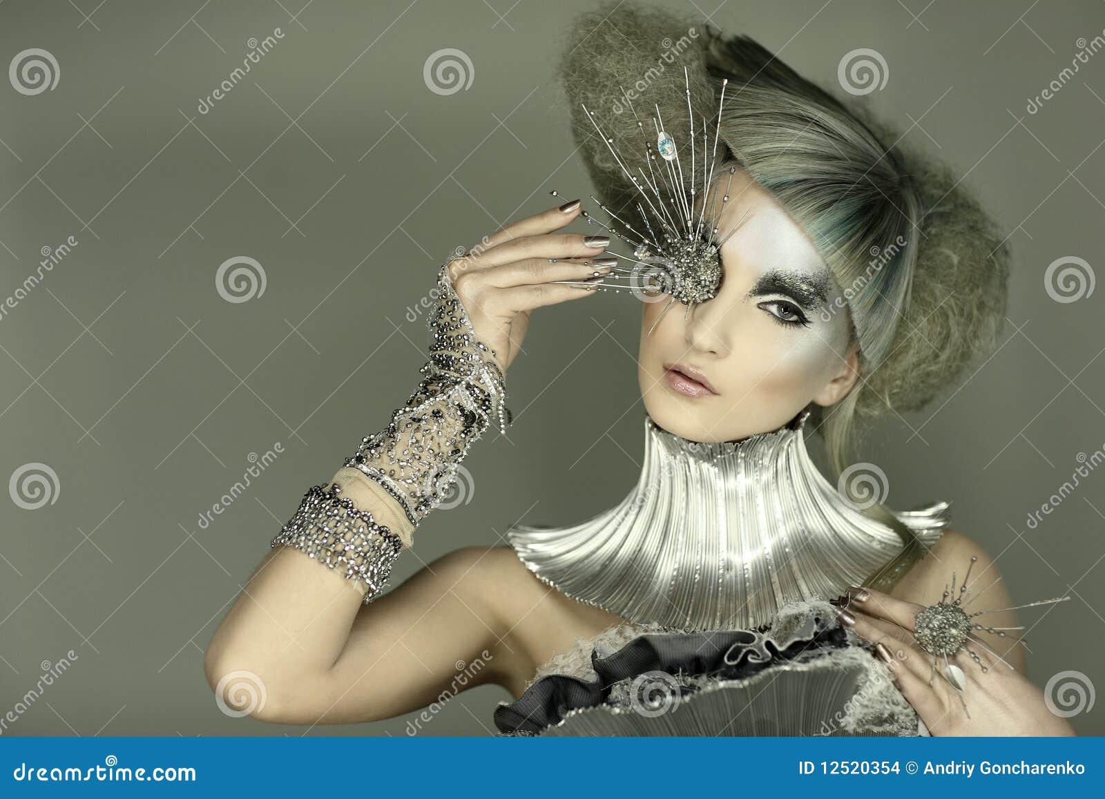 Modelo no vestido e no cabelo da expressão