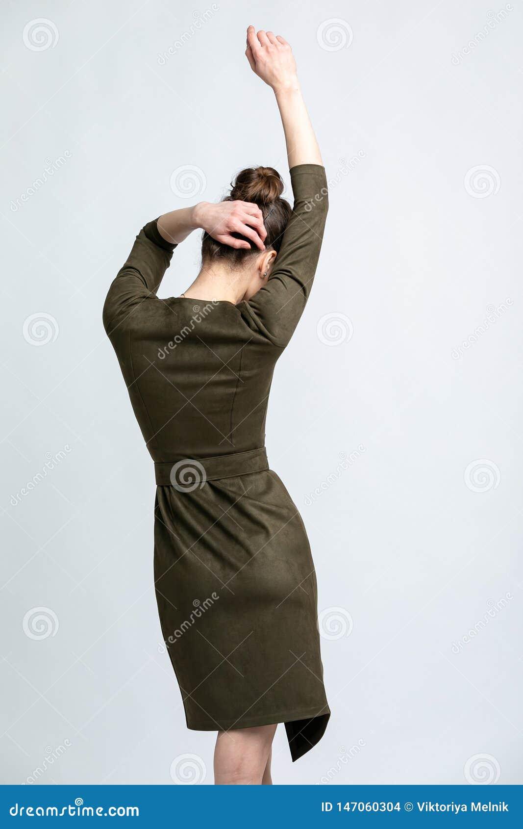 Modelo No Vestido Verde Da Camurça Com Uma Correia Cinzenta