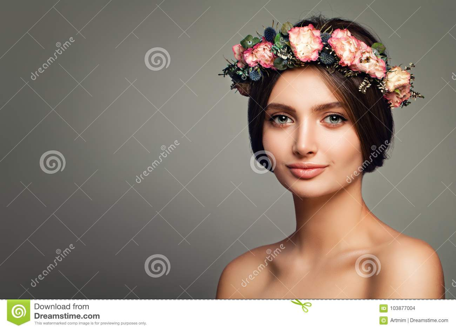 Modelo perfeito dos termas da mulher com pele e Rose Flowers saudáveis