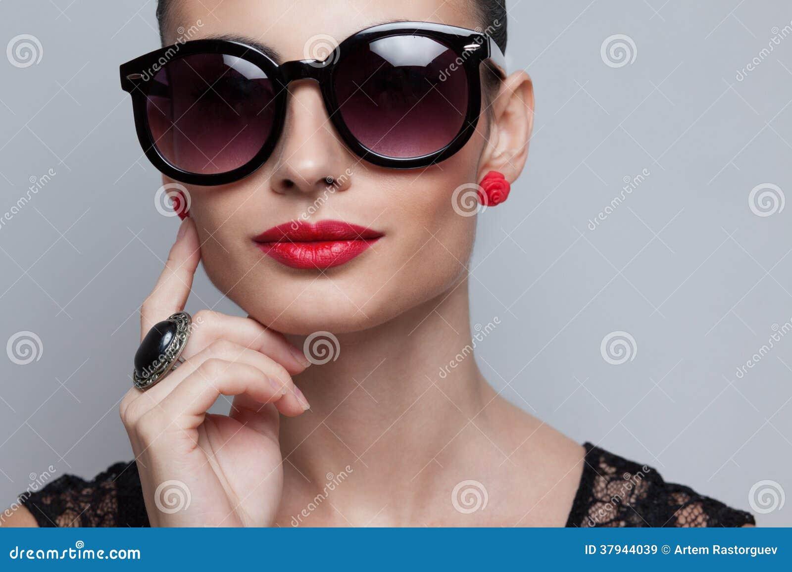 4b9c1c7e1 Modelo Perfeito Em óculos De Sol Arredondados Grandes Imagem de ...