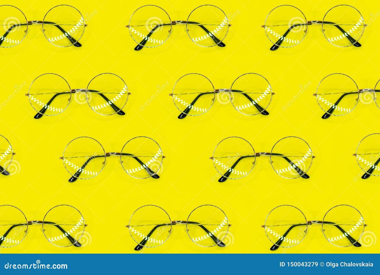 Modelo redondo de las gafas de sol en fondo amarillo Modelo m?nimo del verano Endecha plana
