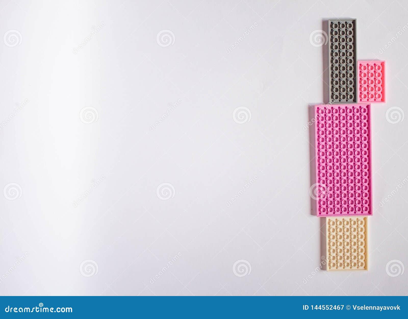 Modelo rosado en colores pastel con el espacio para el texto