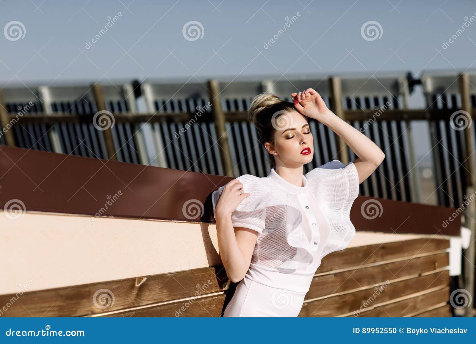 Modelo rubio atractivo elegante imponente fenomenal hermoso con el traje erótico perfecto del cuerpo