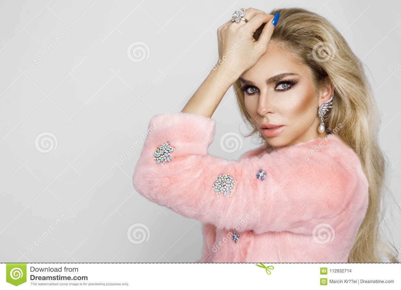 Modelo Rubio Hermoso, Atractivo, Vestido Solamente En Piel Y Ropa ...
