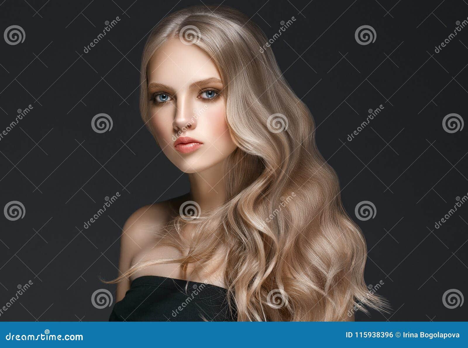 Modelo rubio hermoso Girl de la belleza de la mujer con el ove perfecto del maquillaje