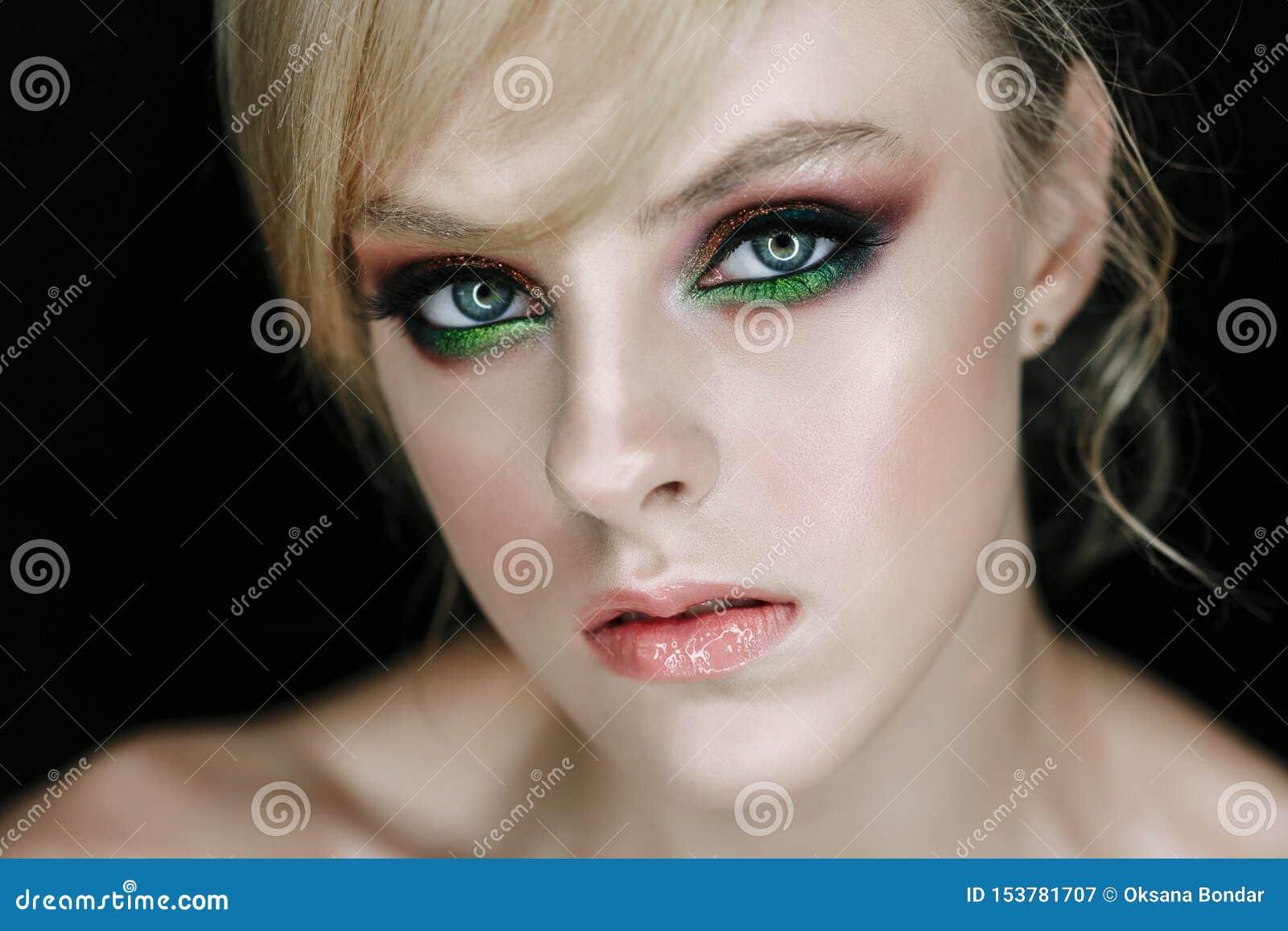 Modelo serio de la cara con la foto del primer del maquillaje de la cara