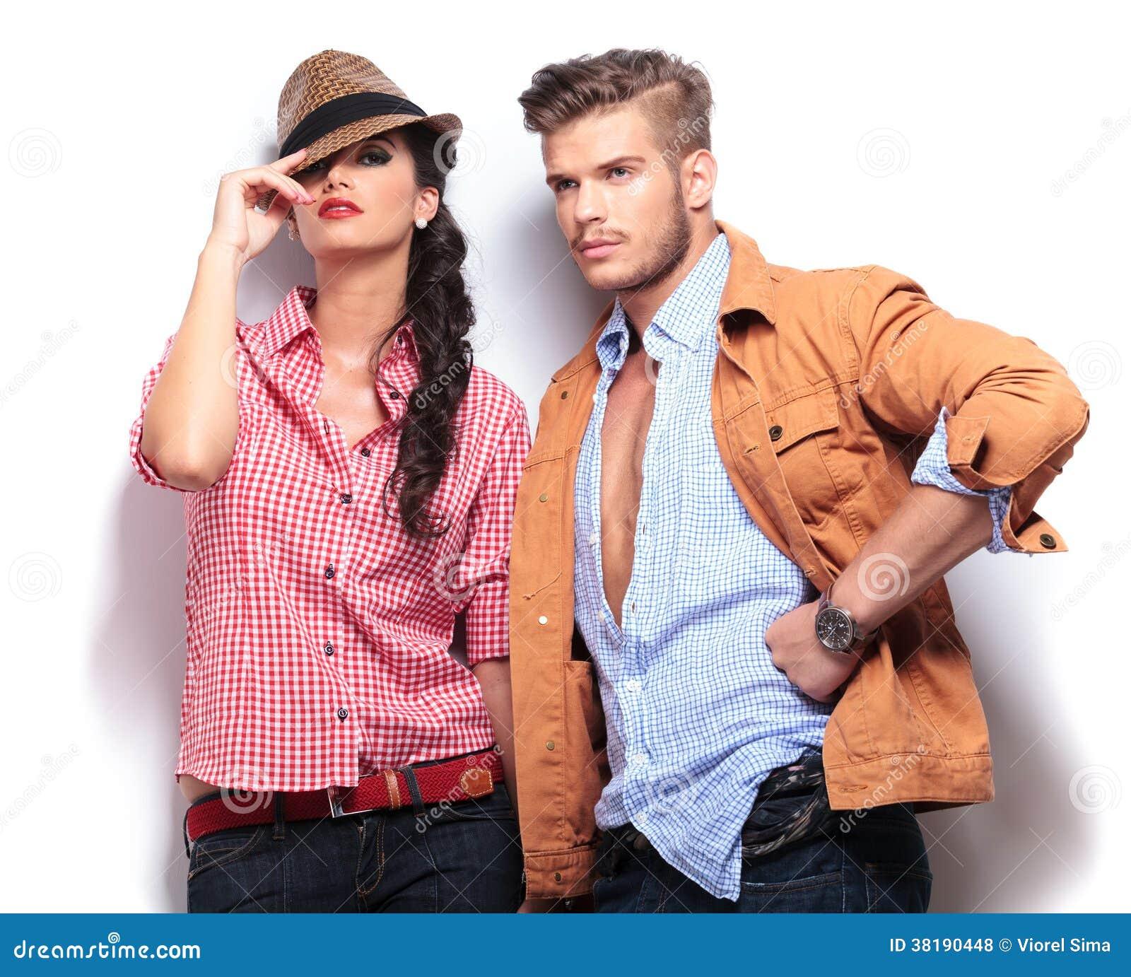 Modelos de moda casuales jovenes que presentan en estudio foto de modelos de moda casuales jovenes que presentan en estudio altavistaventures Choice Image