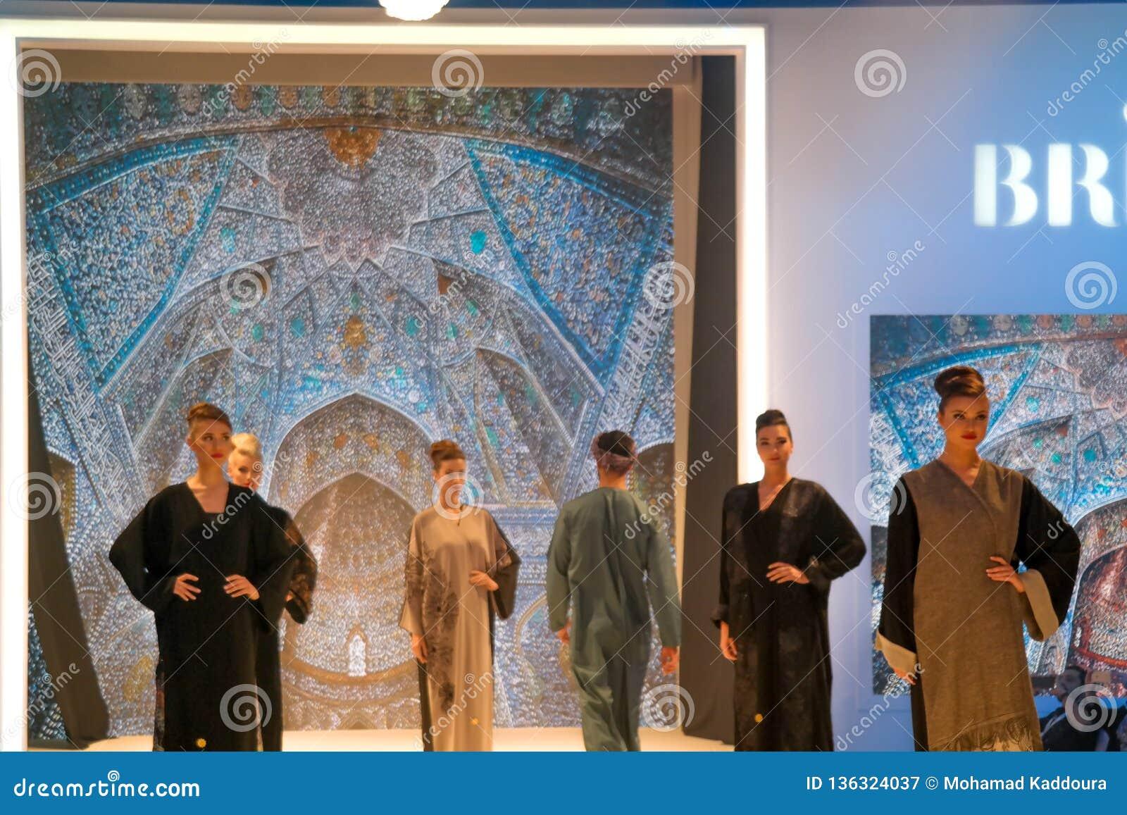 Modelos hermosos que presentan la prolongación del andén en la etapa que muestra la boda del este árabe tradicional y los vestido