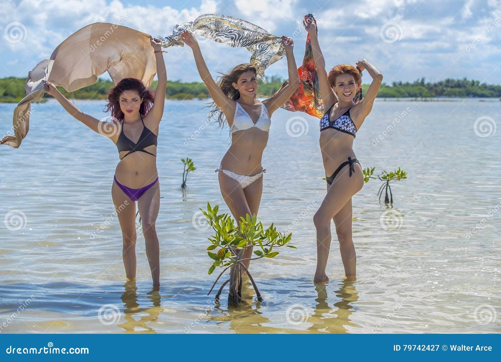 Modelos hispánicos en la playa