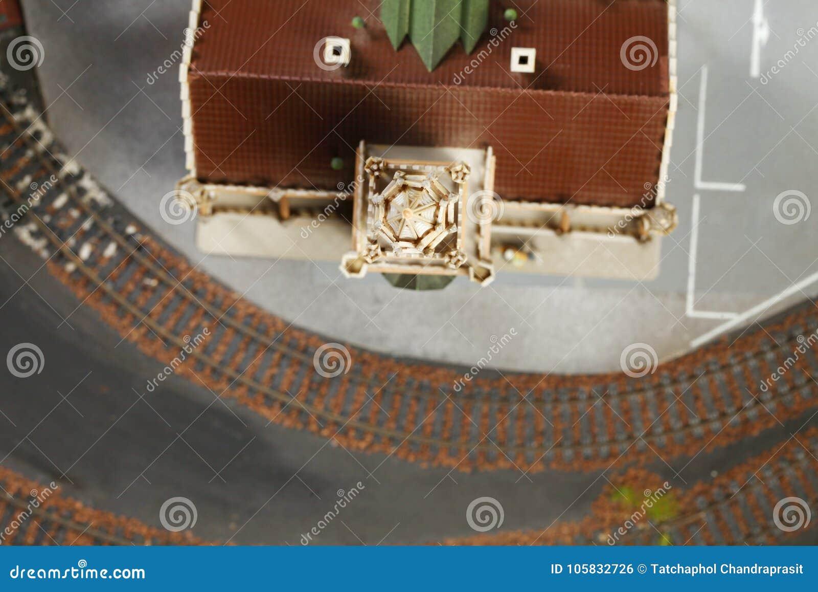Modelspoorweg op de miniatuur modelscène