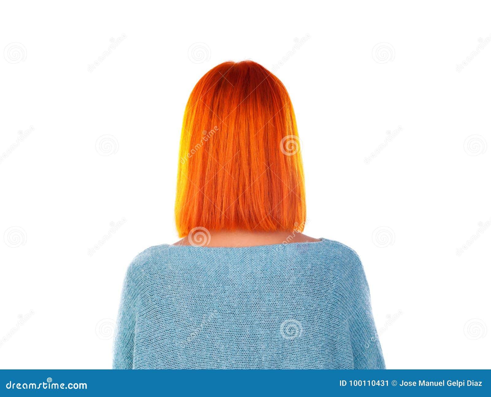 Modeluje z czerwonym włosy i kiwa ostrzyżenia tytułowanie widok z powrotem