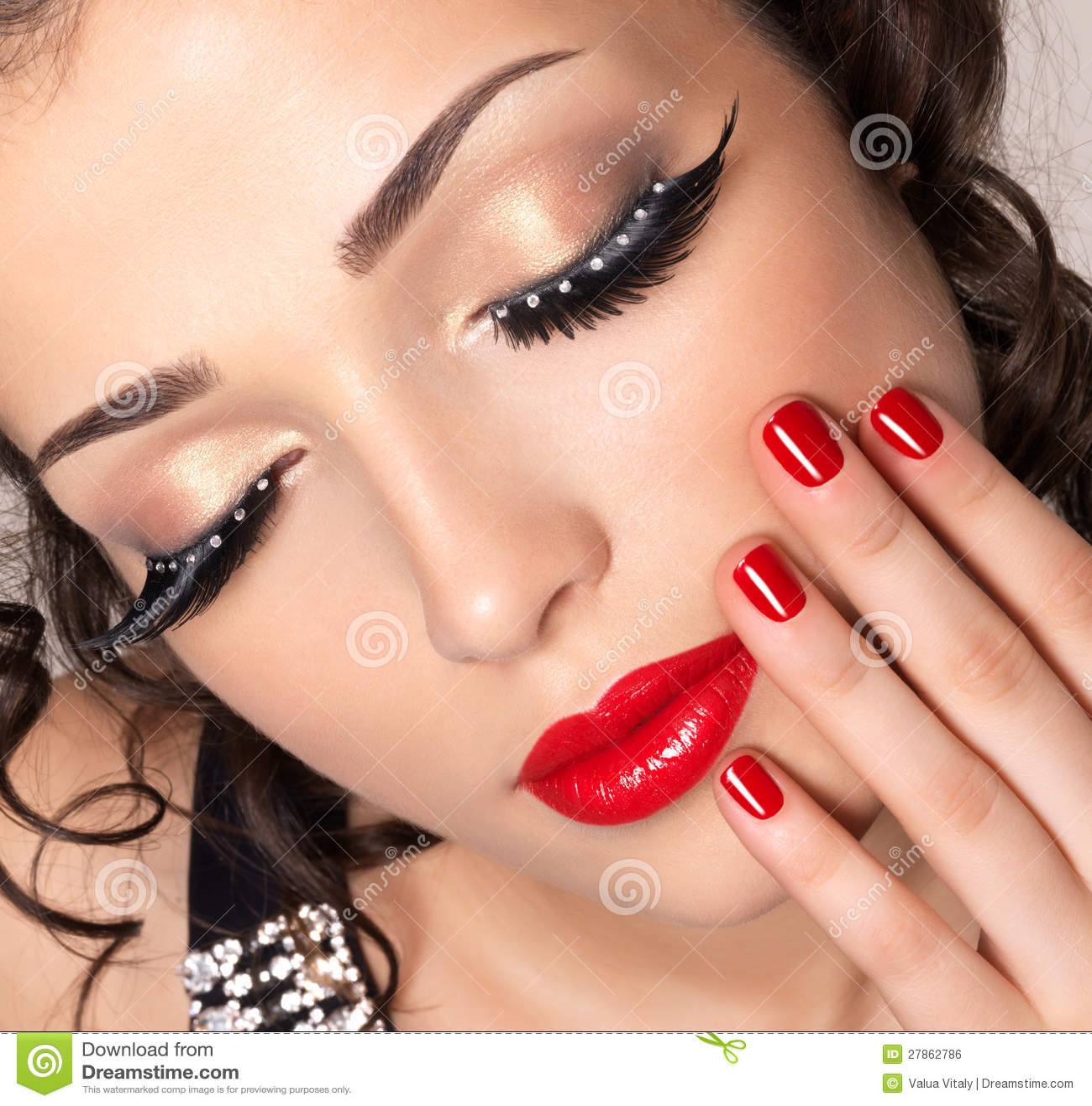 Modeluje z czerwonymi gwoździami, wargami i kreatywnie oka makeup