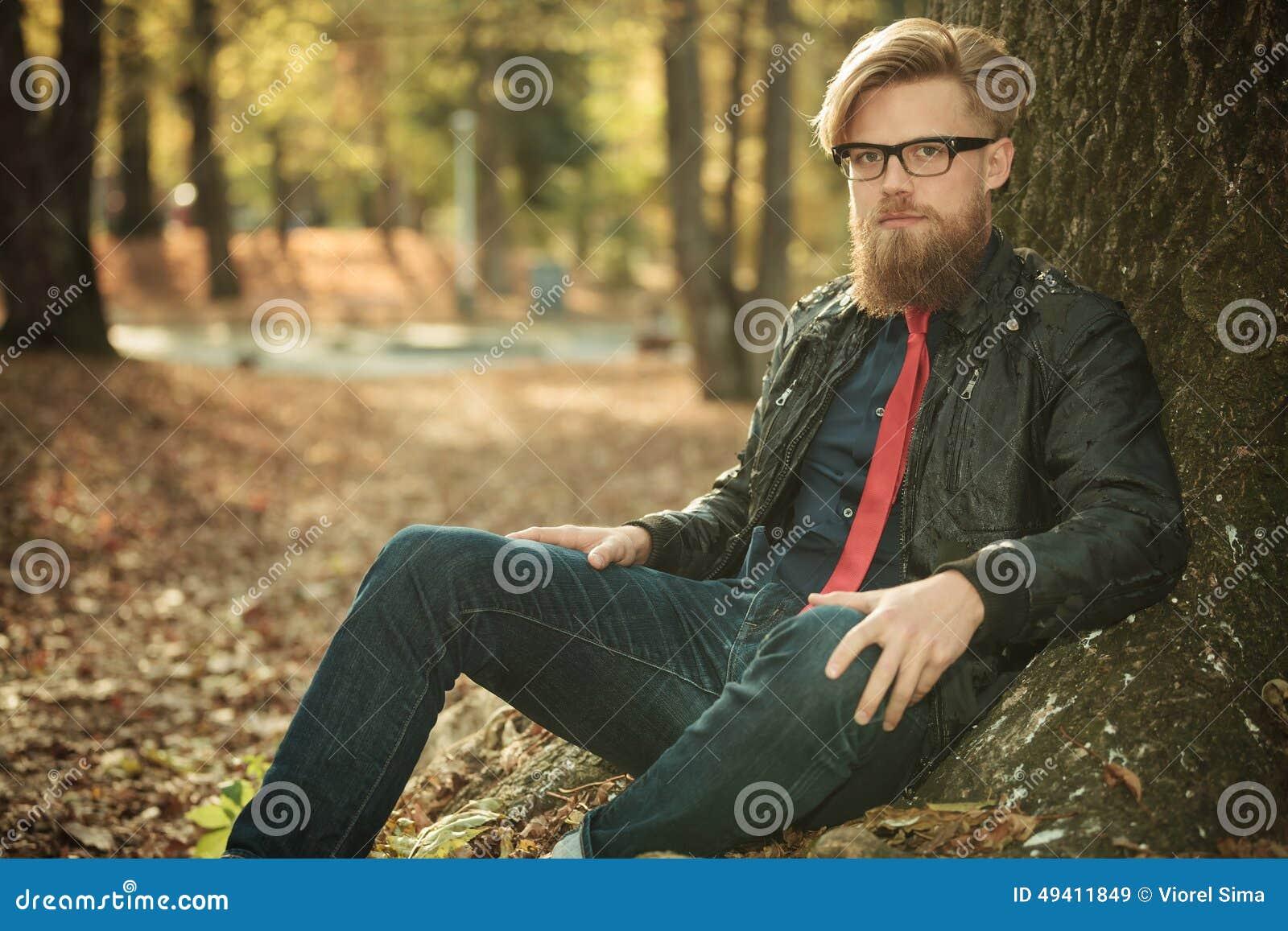 Download Modemann, Der Im Park Sitzt Stockbild - Bild von herbst, mann: 49411849