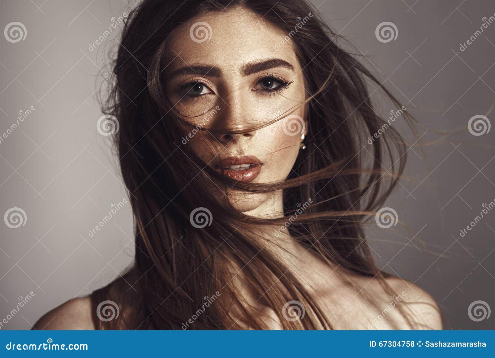 Modemodell Girl Portrait med långt blåsa hår