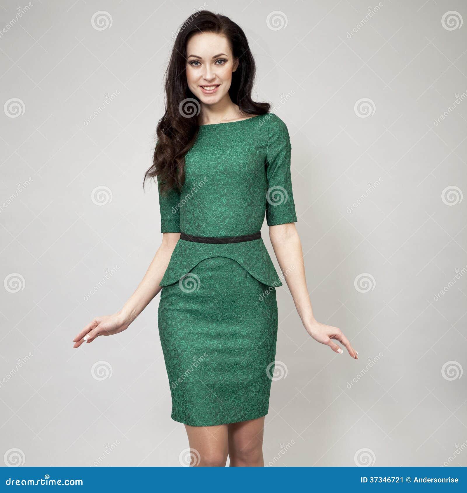Modemodell i grön klänning