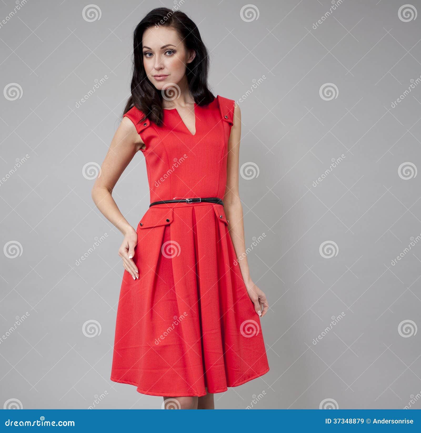 Modemodell i lång röd klänning