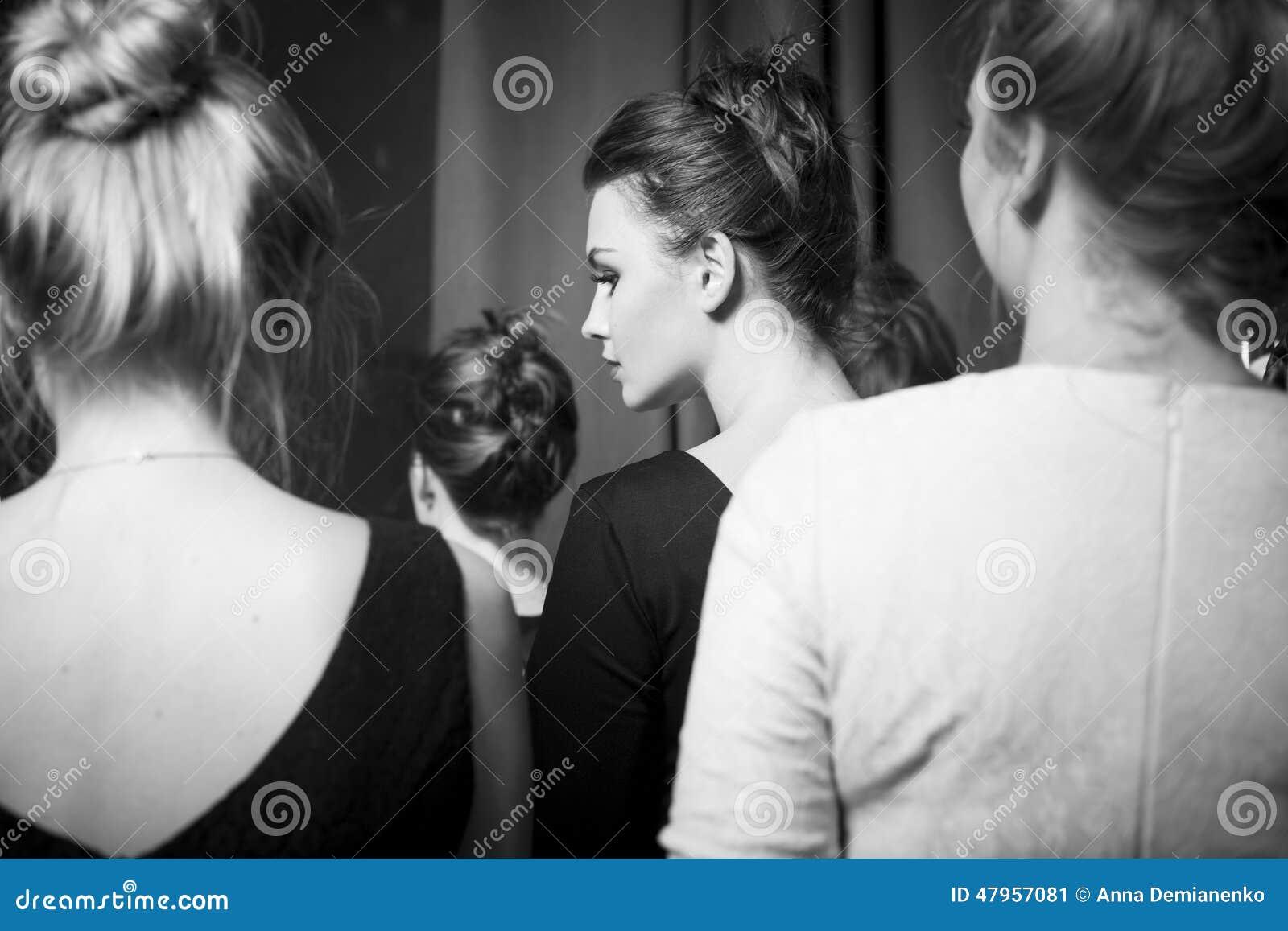 Modemodeller som är förberedda för landningsbana av den stilfulla formgivaren den svarta flickan döljer white för skjorta för man