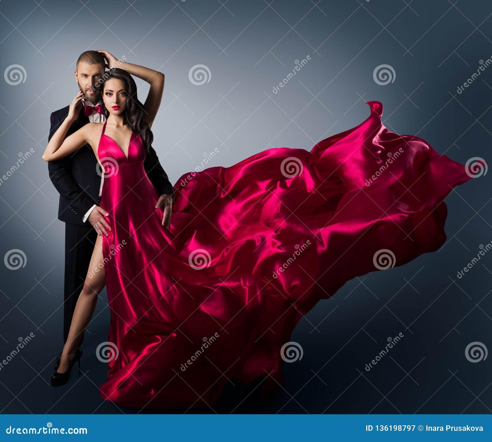 Modepar, ung härlig kvinna, i att flyga den vinkande skönhetklänningen, elegant man