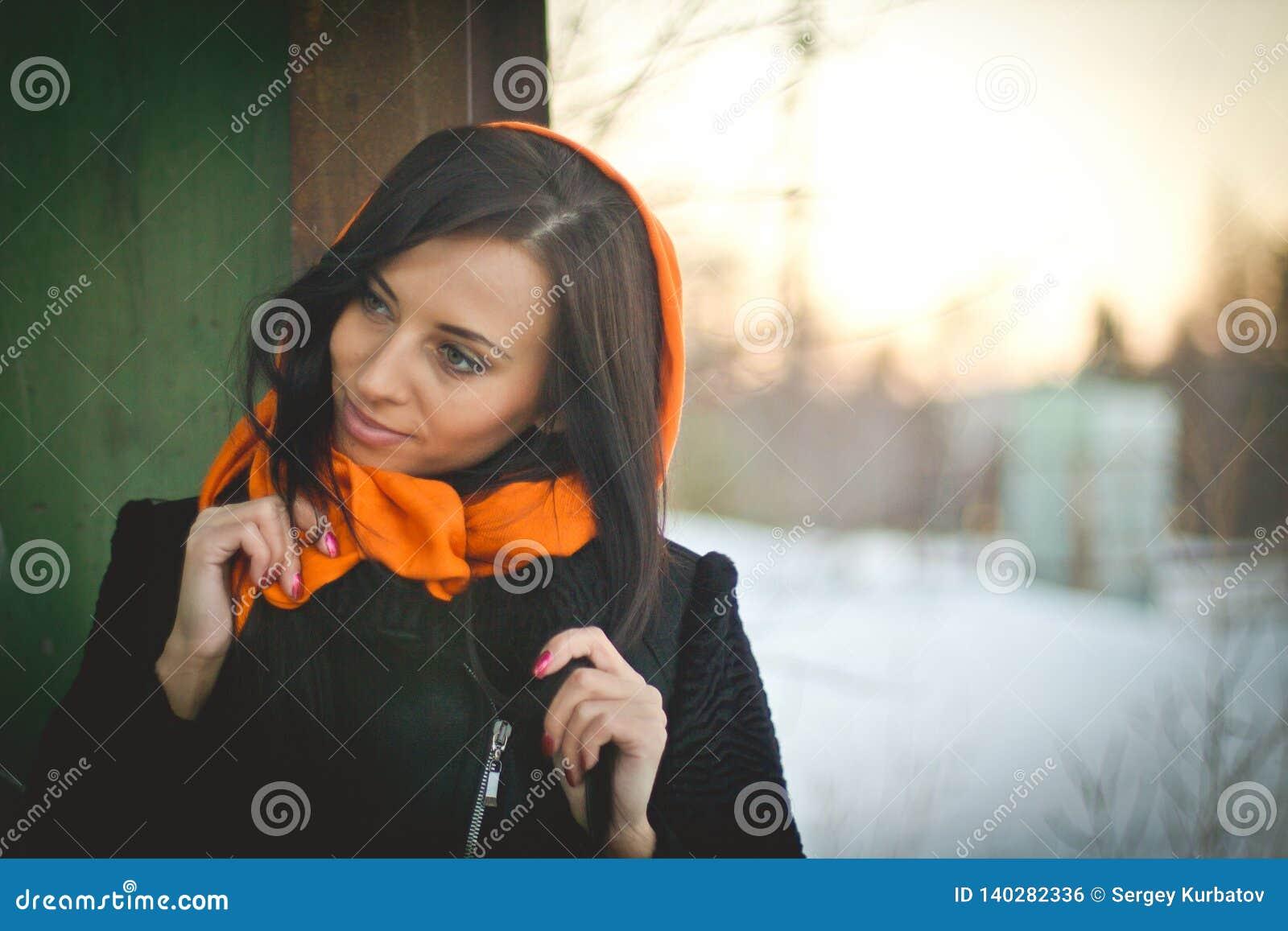 Modeporträt des jungen moslemischen tragenden hijab