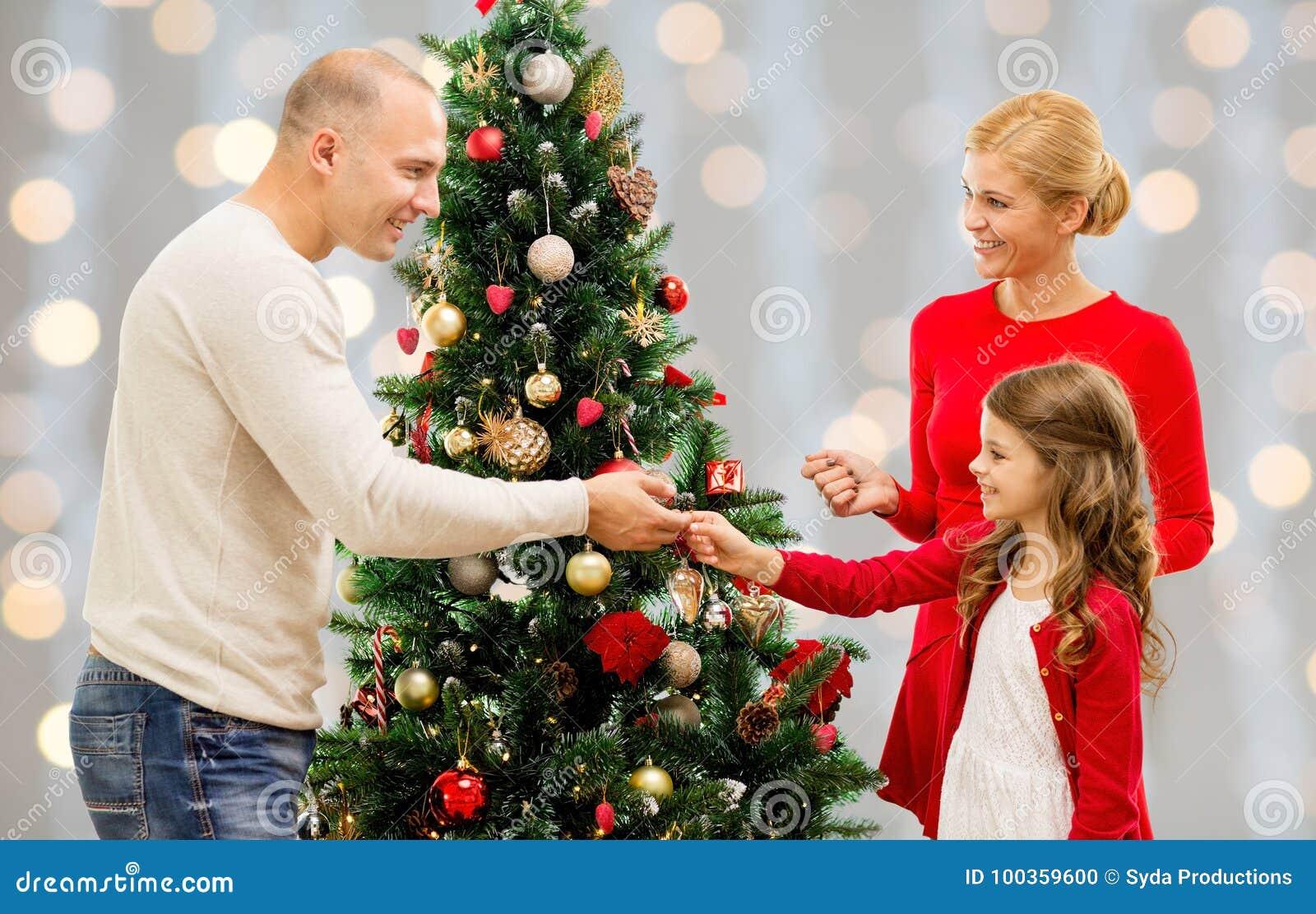 Moder, fader och dotter på julträdet