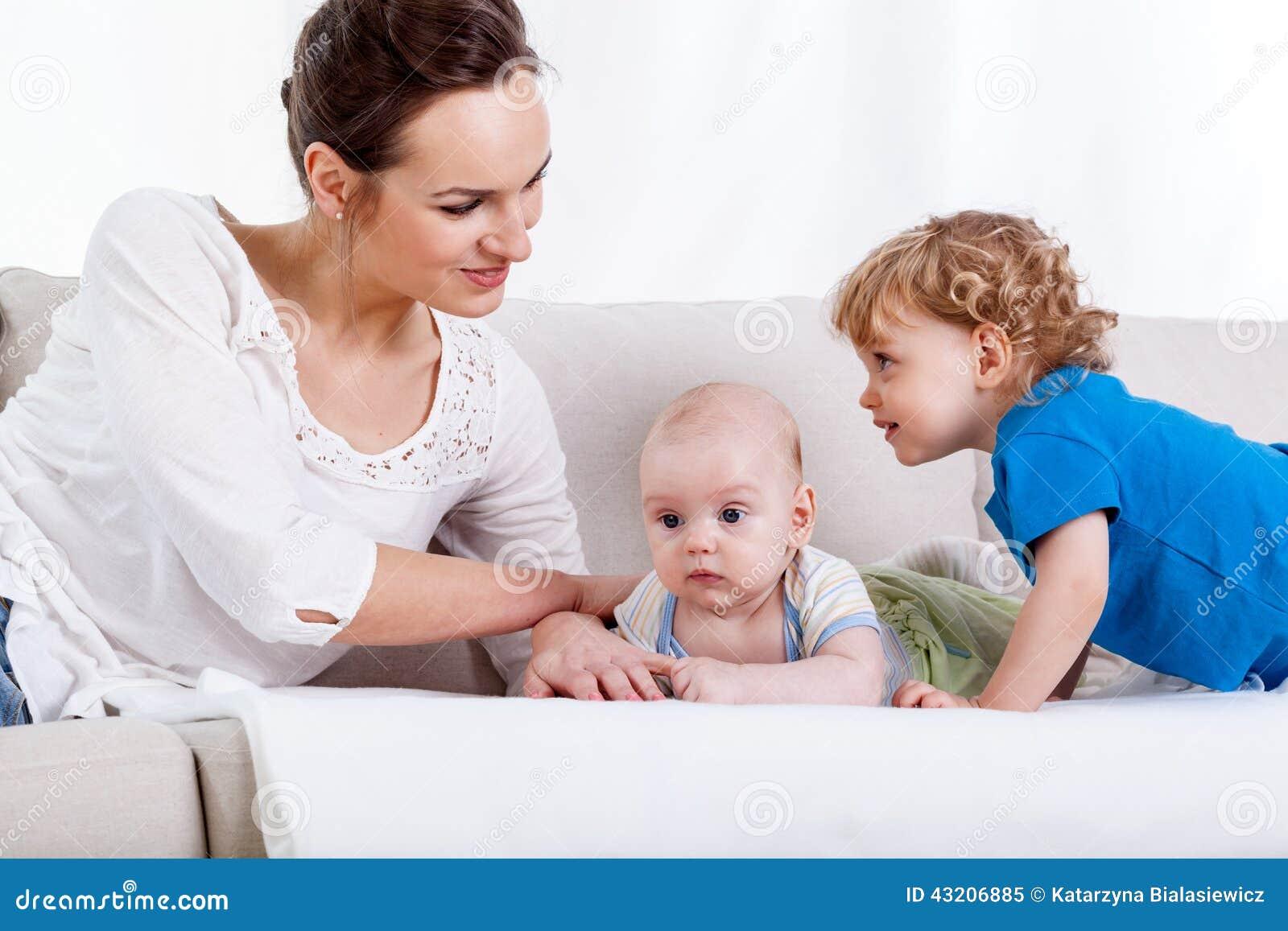 Download Moder med barn på soffan fotografering för bildbyråer. Bild av lyckligt - 43206885