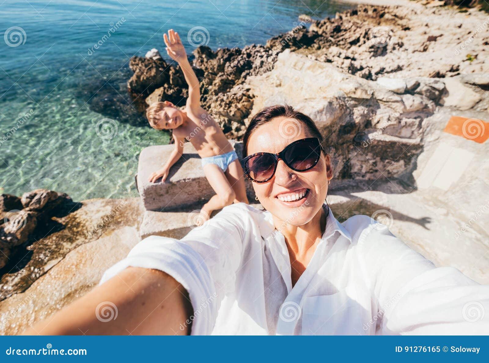 Moder med fotoet för selfie för sontagandesemester i Adriatiskt havfjärd