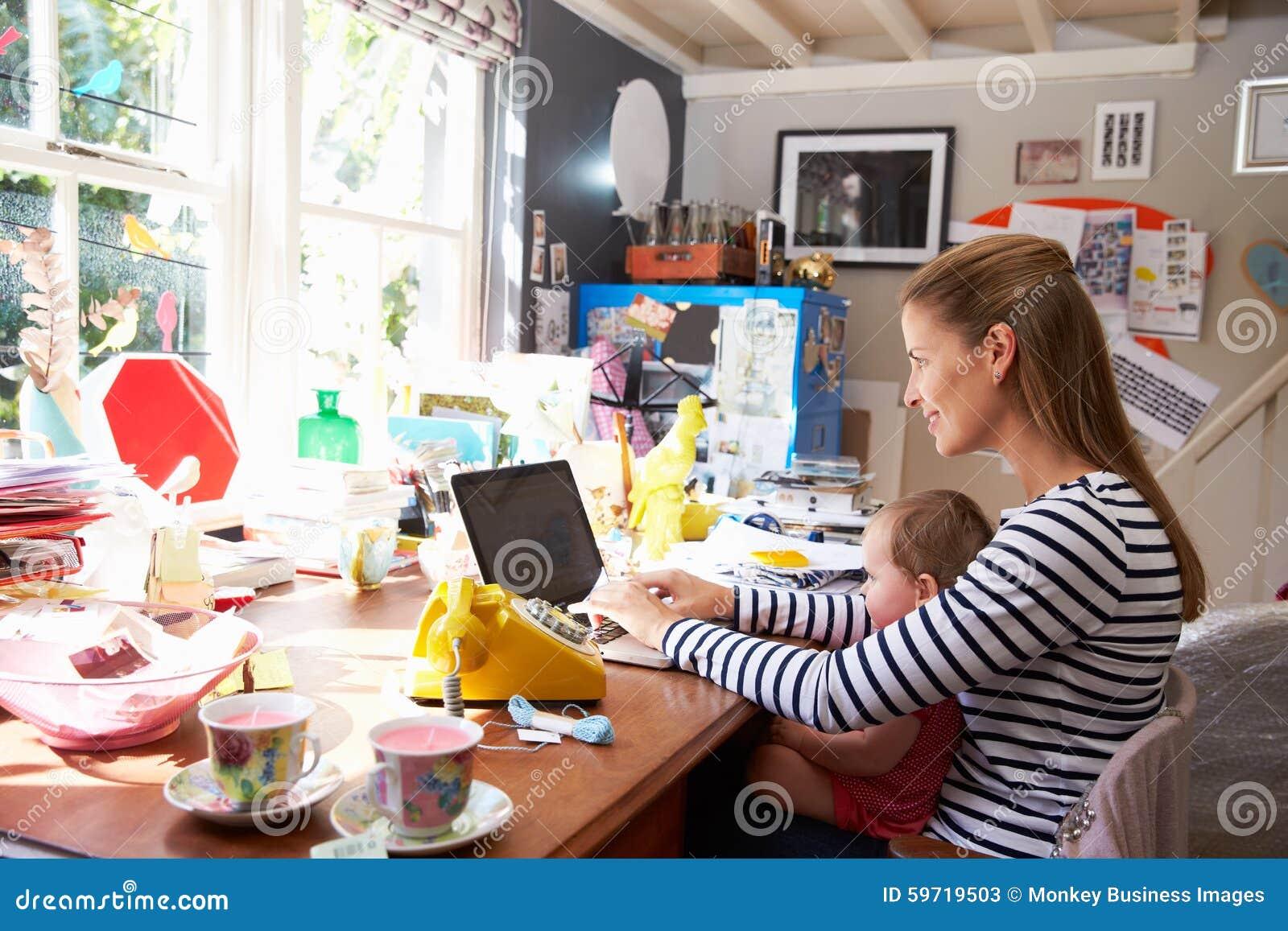 Moder med kontoret för små och medelstora företag för dotter det rinnande hemifrån