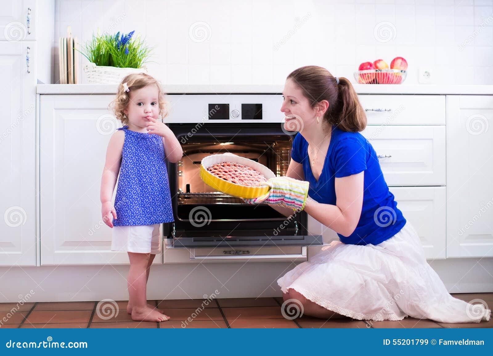 Moder och barn som bakar en kaka