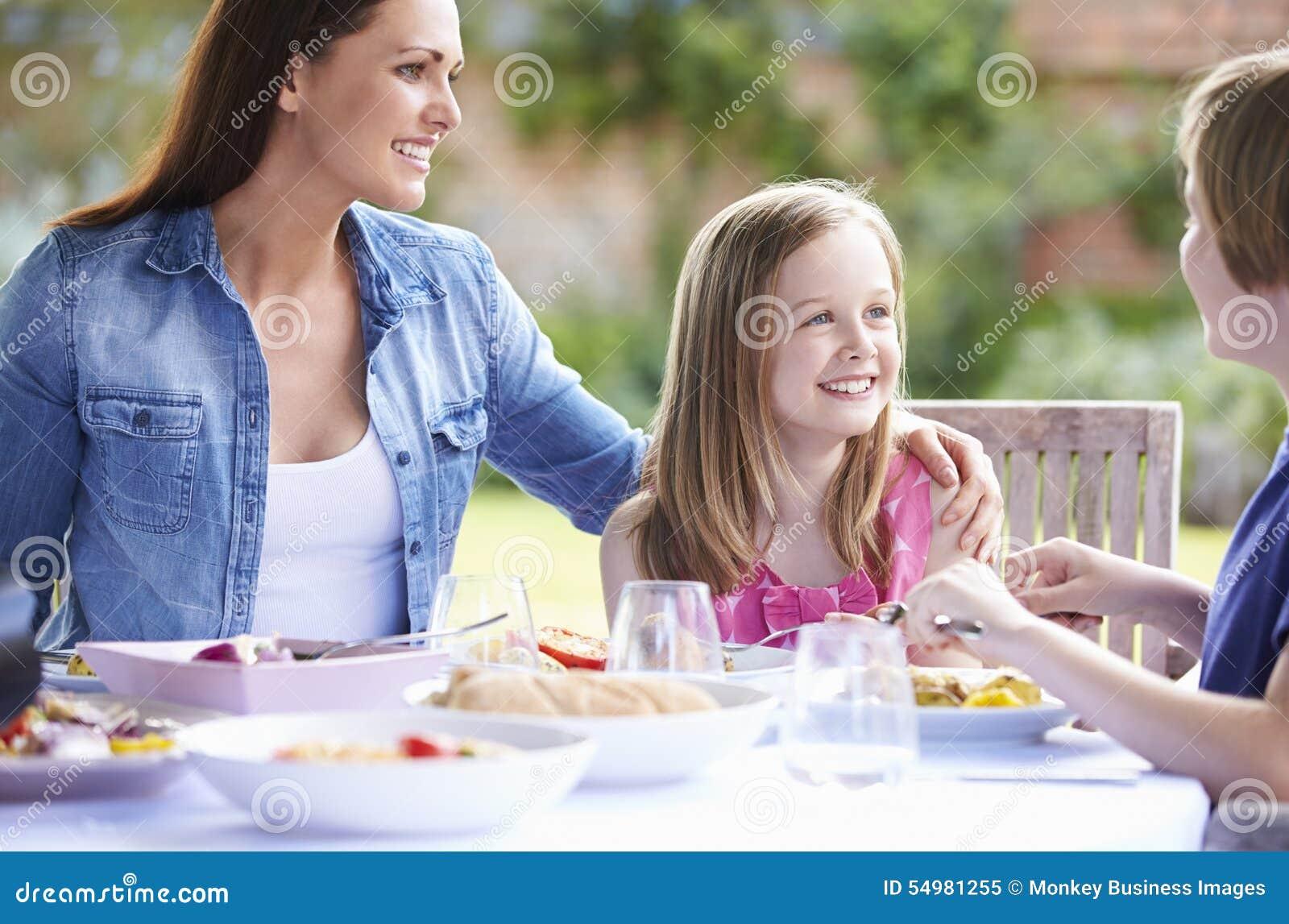 Moder och barn som tillsammans tycker om utomhus- mål