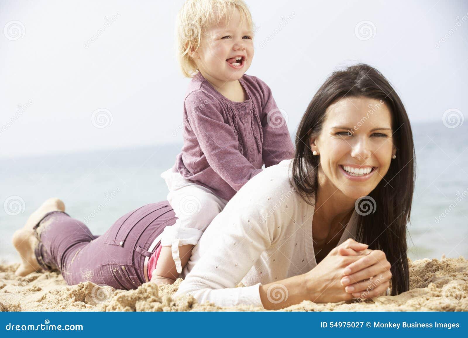 Moder- och barndottersammanträde på stranden tillsammans