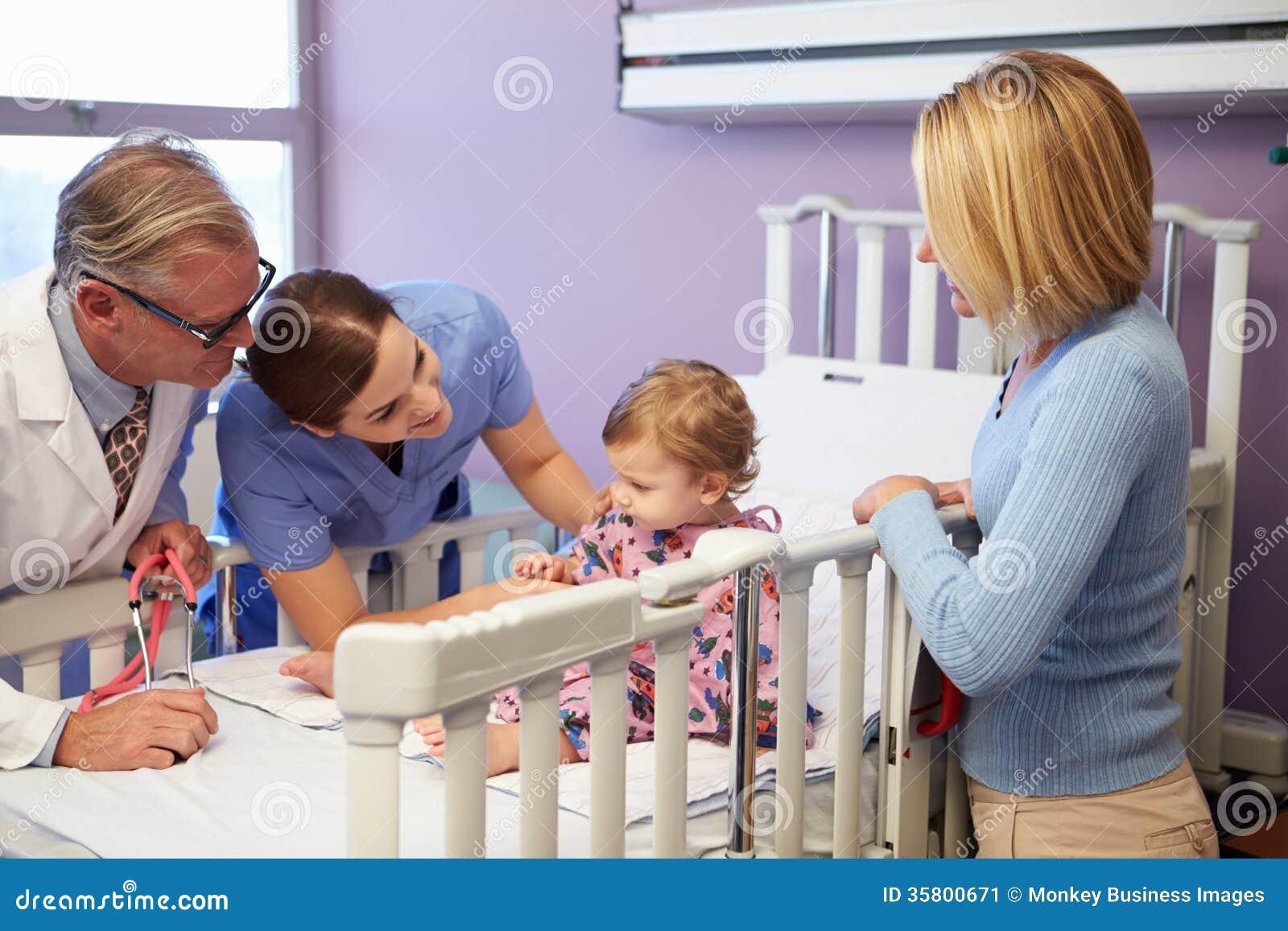 Moder och dotter i pediatriska Ward Of Hospital