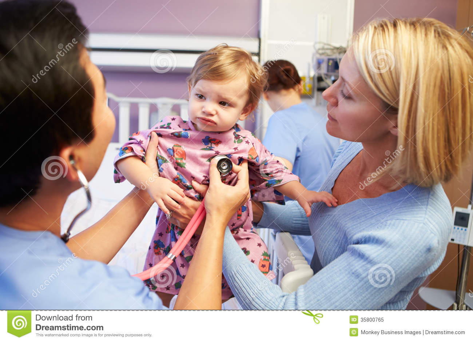 Moder och dotter med personalen i pediatriska Ward Of Hospital