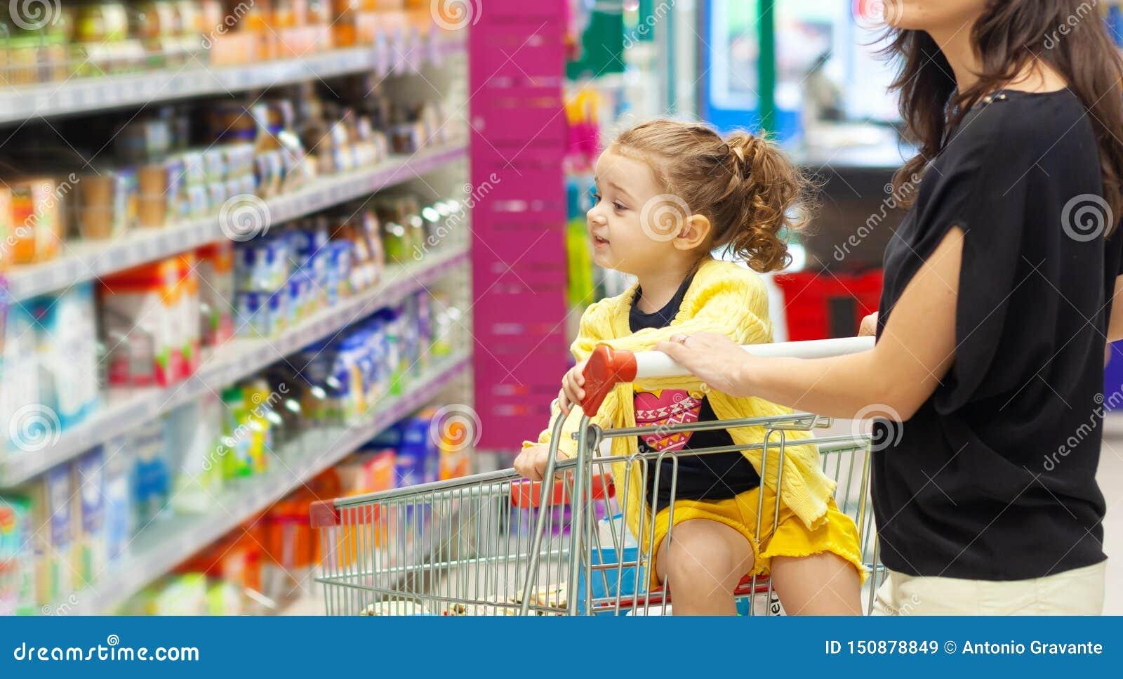 Moder- och dottershopping för livsmedel i supermarket