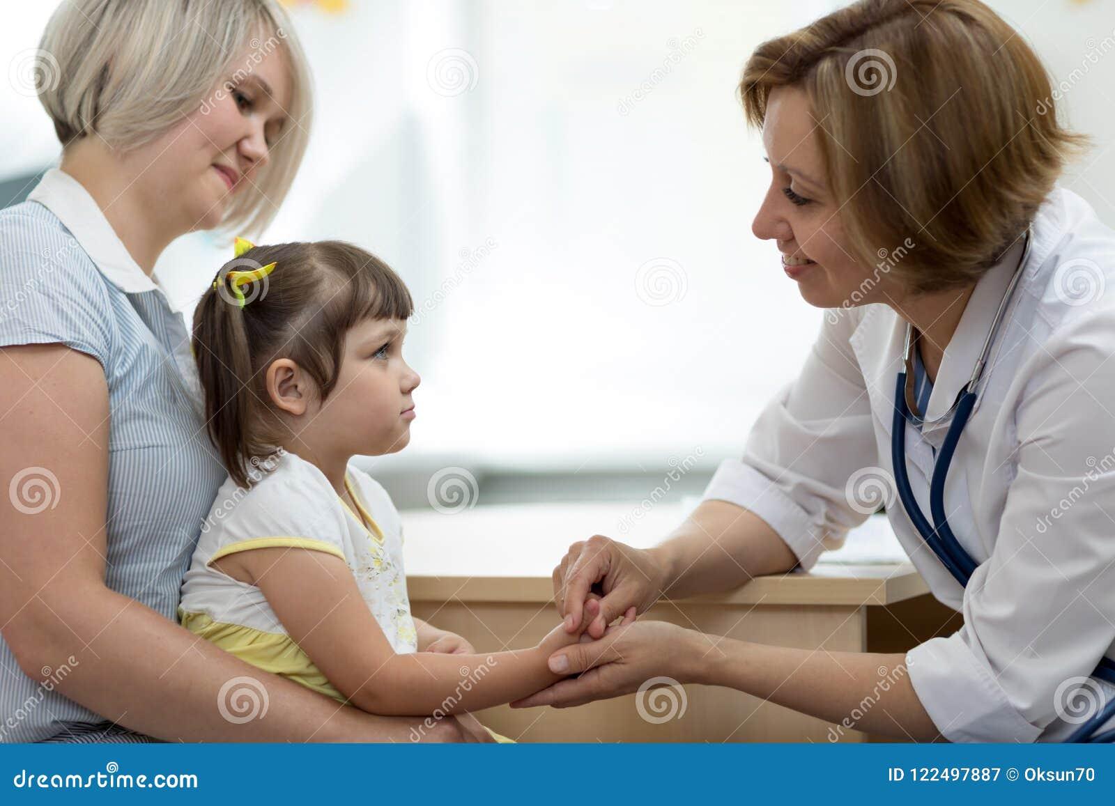 Moder och liten dotter på det pediatriskt Konsulterande kvinna för doktor med barnet